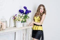 Het meisje met bloemen Stock Foto