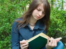 Het meisje met boek royalty-vrije stock foto