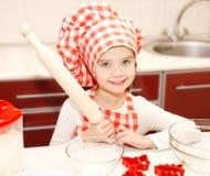 Het meisje met chef-kokhoed en deegrol gaat cooki bakken Stock Foto
