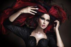 het meisje met dark maakt omhoog en verbazende stijl Royalty-vrije Stock Foto