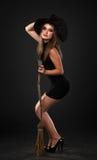 Het meisje met de bezem in de studio Royalty-vrije Stock Fotografie