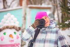 Het meisje met de camera in de winter royalty-vrije stock afbeelding