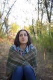 Het meisje met de deken Stock Foto's