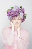 Het meisje met de hoed van bloemen. De lente, de zomer Stock Foto's