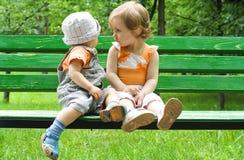 Het meisje met de kleine jongen Stock Foto
