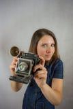 Het meisje met de oude camera Stock Afbeelding