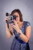 Het meisje met de oude camera Stock Fotografie