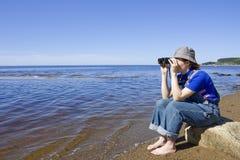 Het meisje met de verrekijkers. royalty-vrije stock fotografie