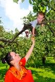Het meisje met een appel Stock Foto