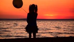 Het meisje met een ballon gaat naar het overzees stock videobeelden