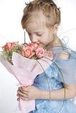 Het meisje met een bos van bloemen Royalty-vrije Stock Afbeelding