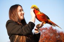 Het meisje met een fazant op hand Stock Foto's
