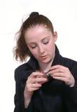 Het meisje met een fles parfum in de hand stock fotografie