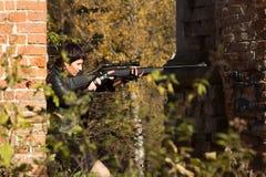 Het meisje met een geweer streeft Stock Foto