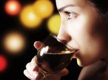 Het meisje met een glas Stock Fotografie