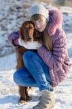 Het meisje met een hond. Stock Foto