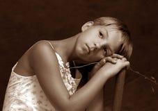 Het meisje met een kamille royalty-vrije stock afbeelding