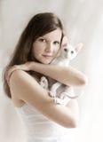 Het meisje met een katje Stock Fotografie