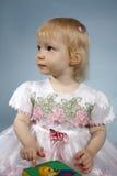 Het meisje met een kubus Royalty-vrije Stock Fotografie