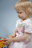 Het meisje met een kubus Stock Foto's