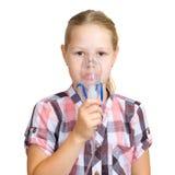 Het meisje met een masker voor inhalaties stock foto's