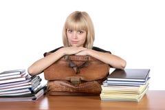 Het meisje met een oude aktentas in handen royalty-vrije stock foto's