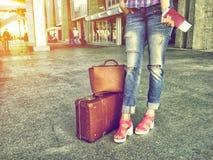 Het meisje met een paspoort in handen en vliegtuigkaartje odizhaet flig Stock Foto's