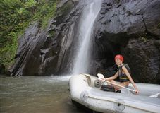 Het meisje met een roeispaan in een opblaasbare boot Royalty-vrije Stock Fotografie