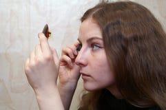 Het meisje met een spiegel royalty-vrije stock afbeelding