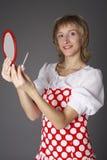 Het meisje met een spiegel en een lippenstift Stock Fotografie