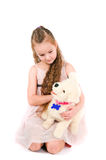 Het meisje met een stuk speelgoed puppy Stock Afbeelding