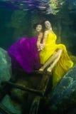 Het meisje met een viool onder water royalty-vrije stock fotografie