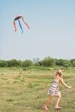 Het meisje met een vlieger Stock Afbeeldingen