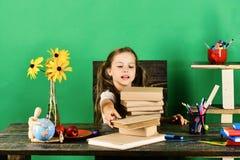 Het meisje met enthousiast gezicht neemt boek Terug naar School stock afbeeldingen