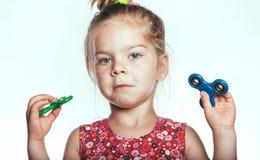 Het meisje met friemelt spinner stock foto's