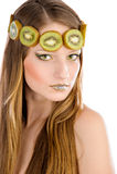 Het meisje met fruit maakt omhoog, in de vorm van kiwi Royalty-vrije Stock Foto