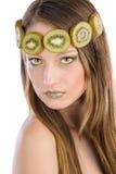 Het meisje met fruit maakt omhoog, in de vorm van kiwi Stock Foto's