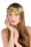 Het meisje met fruit maakt omhoog, in de vorm van kiwi Royalty-vrije Stock Afbeeldingen