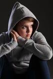 Het meisje met geeft droevige alleen uit en beklemtoonde tiener Royalty-vrije Stock Fotografie