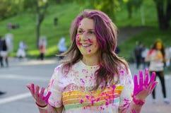 Het meisje met gekleurd poeder bij Kleur stelt Boekarest in werking Stock Foto's