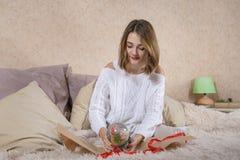 Het meisje met gift Royalty-vrije Stock Afbeeldingen