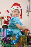 Het meisje met giften tegen nieuw jaar Royalty-vrije Stock Afbeelding
