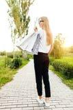 Het meisje met glazen, kleedde zich in een witte t-shirt, houdend purchas stock afbeelding