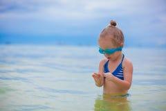 Het meisje met glazen voor het zwemmen zwemt en Royalty-vrije Stock Afbeelding