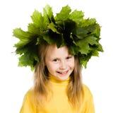 Het meisje met groene esdoorn gaat op het hoofd weg Stock Afbeeldingen