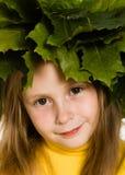 Het meisje met groene esdoorn gaat op het hoofd weg Stock Afbeelding