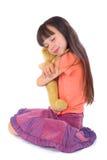 Het meisje met haar favoriet stuk speelgoed is stock afbeelding