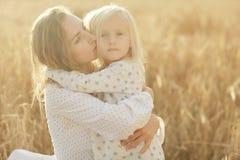 Het meisje is met haar moeder op de herfstgebied Stock Fotografie