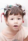 Het meisje met haarkrulspelden op haar hoofd stock foto's