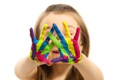Het meisje met handen schilderde in kleurrijke verf royalty-vrije stock fotografie